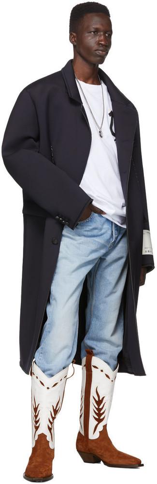 Как и с чем носить: черное длинное пальто, бело-черная футболка с круглым вырезом с принтом, голубые джинсы, бело-коричневые кожаные ковбойские сапоги