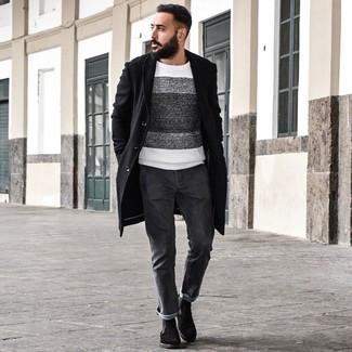 Как и с чем носить: черное длинное пальто, бело-черный свитер с круглым вырезом в горизонтальную полоску, темно-серые джинсы, черные замшевые ботинки челси