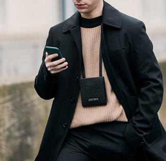 Как и с чем носить: черное длинное пальто, светло-коричневый свитер с круглым вырезом, черные классические брюки, черная сумка на шею