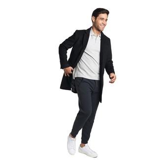 Как и с чем носить: черное длинное пальто, серая футболка-поло, черные спортивные штаны, белые кожаные низкие кеды