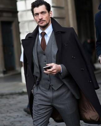 Как и с чем носить: черное длинное пальто, серый костюм-тройка, голубая классическая рубашка, коричневый вязаный галстук