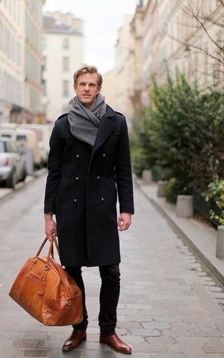 Табачная кожаная дорожная сумка: с чем носить и как сочетать мужчине: Черное длинное пальто и табачная кожаная дорожная сумка — отличный лук для джентльменов, которые никогда не сидят на месте. Теперь почему бы не добавить в повседневный лук чуточку изысканности с помощью темно-коричневых кожаных ботинок челси?