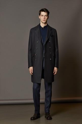 Как и с чем носить: черное длинное пальто, темно-синий костюм в клетку, темно-синий свитер с воротником на пуговицах, темно-коричневые кожаные монки