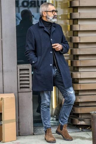 Как и с чем носить: черное длинное пальто, черная водолазка, синие рваные джинсы, коричневые замшевые ботинки челси