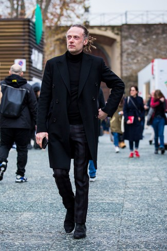 Как и с чем носить: черное длинное пальто, черная водолазка, черные классические брюки в шотландскую клетку, черные замшевые ботинки челси