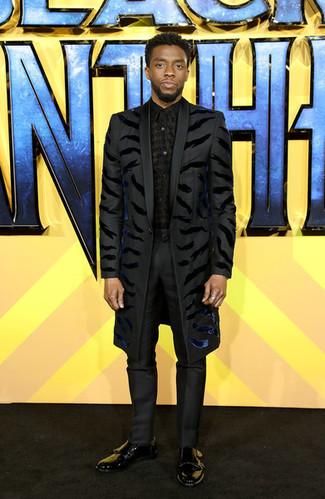 Как и с чем носить: черное длинное пальто, черная классическая рубашка с принтом, черные классические брюки, черные кожаные монки с двумя ремешками