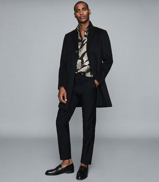 Как и с чем носить: черное длинное пальто, черная рубашка с длинным рукавом с принтом, черные классические брюки, черные кожаные лоферы