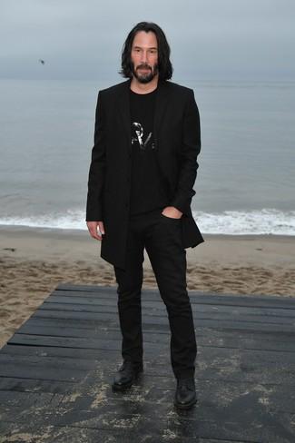 Как Keanu Reeves носит Черное длинное пальто, Черная футболка с круглым вырезом с украшением, Черные брюки чинос, Черные кожаные туфли дерби