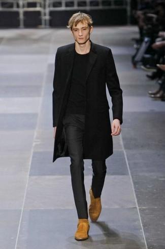 Как и с чем носить: черное длинное пальто, черная футболка с круглым вырезом, черные классические брюки, светло-коричневые замшевые ковбойские сапоги