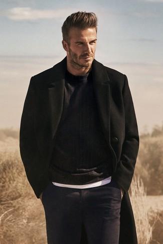 Как David Beckham носит Черное длинное пальто, Черный свитер с круглым вырезом, Белая футболка с круглым вырезом, Темно-синие классические брюки