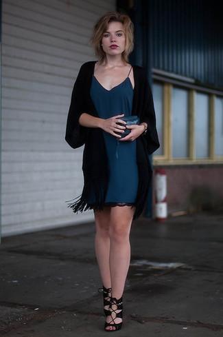 Модные женские луки 2020 фото: Фанаткам стиля кэжуал придется по душе ансамбль из черного кимоно и темно-бирюзового платья-комбинации. Черные замшевые босоножки на каблуке — отличный выбор, чтобы завершить лук.