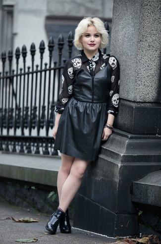 Как и с чем носить: черное кожаное платье-майка, черно-белая шифоновая классическая рубашка с принтом, черные кожаные ботильоны
