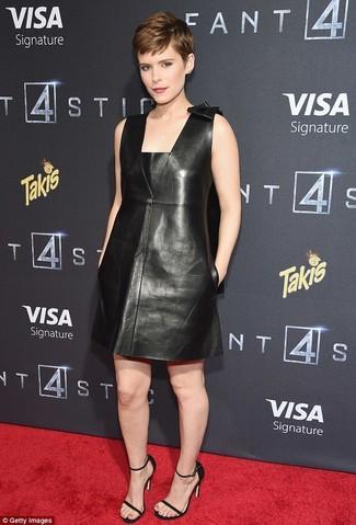 Как и с чем носить: черное кожаное платье прямого кроя, черные кожаные босоножки на каблуке