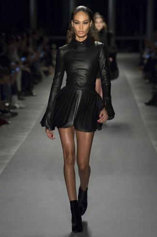 Как и с чем носить: черное кожаное платье с плиссированной юбкой, черные бархатные ботильоны