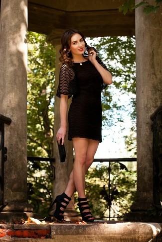 Как и с чем носить: черное кружевное коктейльное платье, черные кожаные босоножки на каблуке, черный клатч из бисера, бежевое жемчужное ожерелье