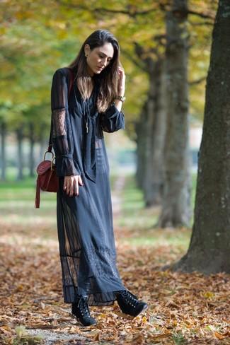Как и с чем носить: черное кружевное платье-макси, черные кожаные ботильоны на шнуровке, темно-красная кожаная сумка через плечо