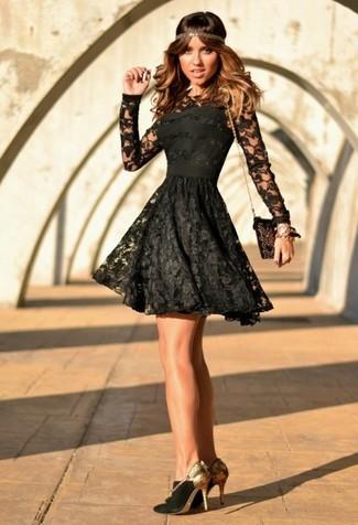 Модный лук: Черное кружевное платье с плиссированной юбкой, Черно-золотые замшевые туфли, Черно-золотой замшевый клатч с украшением
