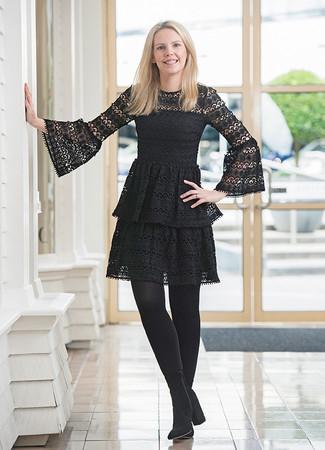 Как и с чем носить: черное кружевное платье с плиссированной юбкой, черные замшевые ботильоны, черные колготки