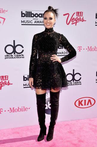 Как Jessica Alba носит Черное кружевное платье с плиссированной юбкой, Черные замшевые ботфорты