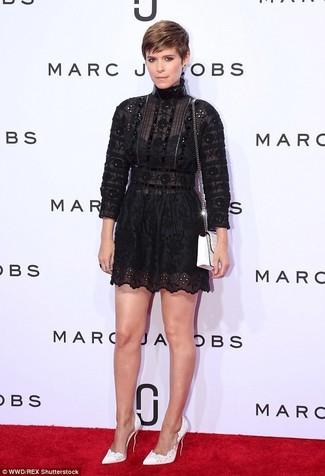 Как и с чем носить: черное кружевное платье с пышной юбкой, белые кожаные туфли, белая кожаная сумка через плечо