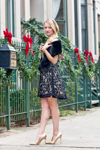 Как и с чем носить: черное кружевное платье с пышной юбкой, золотые кожаные туфли, черный меховой шарф