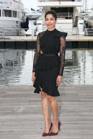 Как и с чем носить: черное кружевное платье-футляр с рюшами, темно-красные замшевые туфли