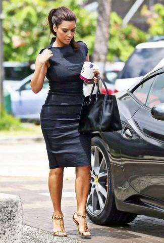 Как Kim Kardashian носит Черное облегающее платье, Золотые кожаные босоножки на каблуке, Черная кожаная большая сумка