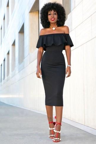 Как и с чем носить: черное облегающее платье, красные кожаные босоножки на каблуке, белое жемчужное ожерелье