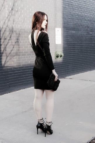 Как и с чем носить: черное облегающее платье с вырезом, черные кожаные туфли с вырезом, черный меховой клатч
