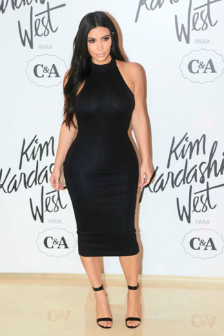 Как Kim Kardashian носит Черное облегающее платье, Черные кожаные босоножки на каблуке