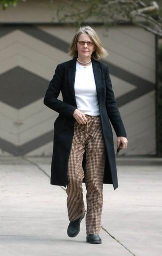 Как и с чем носить: черное пальто, белая футболка с длинным рукавом, коричневые брюки-галифе в клетку, черные кожаные ботильоны