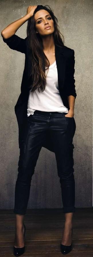 Черное пальто и черные кожаные узкие брюки — необходимые вещи в гардеробе девушек с чувством стиля. Черные кожаные туфли идеально дополнят этот лук.
