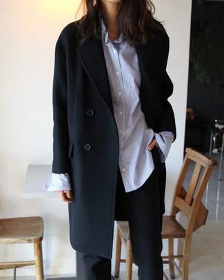 Как и с чем носить: черное пальто, голубая классическая рубашка в вертикальную полоску, черные классические брюки