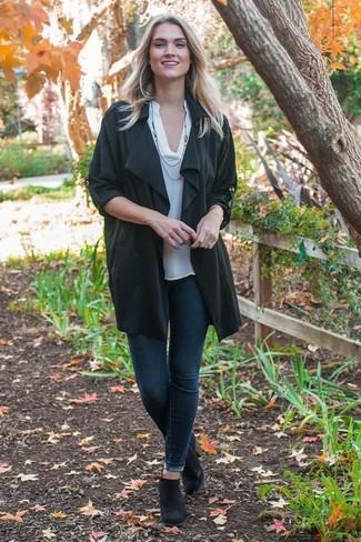 Как и с чем носить: черное пальто дастер, белая футболка на пуговицах, темно-синие джинсы скинни, черные замшевые ботинки челси