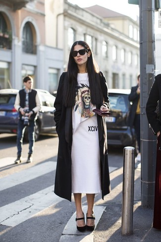 Как и с чем носить: черное пальто дастер, белая футболка с круглым вырезом с принтом, белая юбка-карандаш, черные замшевые туфли