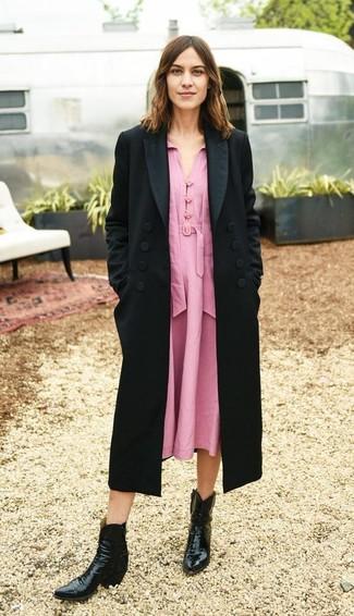 Как и с чем носить: черное пальто, розовое платье-миди, черные кожаные ковбойские сапоги