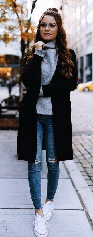 Модный лук: черное пальто, серая водолазка, синие рваные джинсы скинни, белые низкие кеды из плотной ткани