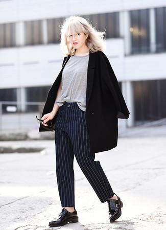 Как и с чем носить: черное пальто, серая футболка с круглым вырезом, темно-синие классические брюки в вертикальную полоску, черные кожаные лоферы с кисточками