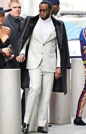 Как и с чем носить: черное пальто с меховым воротником, бежевый костюм, белая водолазка, черные кожаные ботинки челси