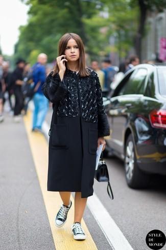 Как Miroslava Duma носит Черное пальто с украшением, Черно-белые низкие кеды, Черная кожаная сумка-саквояж