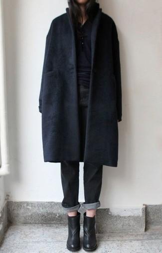 Модный лук: черное пальто, черная футболка на пуговицах, черные джинсы-бойфренды, черные кожаные ботильоны