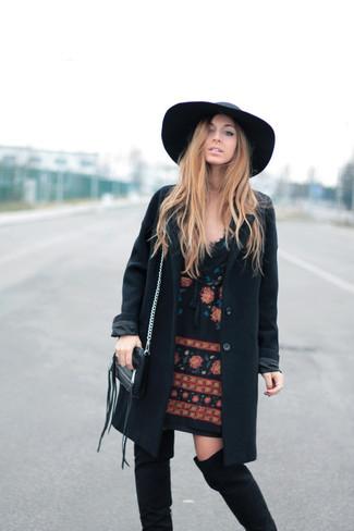 Черное пальто: с чем носить и как сочетать женщине: Ансамбль из черного пальто и черного платья прямого кроя с вышивкой поможет составить утонченный и актуальный образ. Что же до обуви, дополни образ черными замшевыми ботфортами.