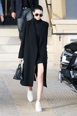 Как Kendall Jenner носит Черное пальто, Черное платье-свитер, Белые кожаные низкие кеды, Черная кожаная большая сумка