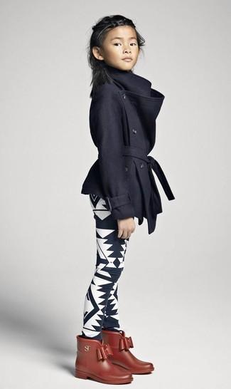 Как и с чем носить: черное пальто, черно-белые леггинсы с принтом, коричневые резиновые сапоги