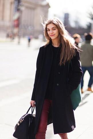 Как и с чем носить: черное пальто, черный вязаный свитер, темно-красные кожаные узкие брюки, черная кожаная большая сумка