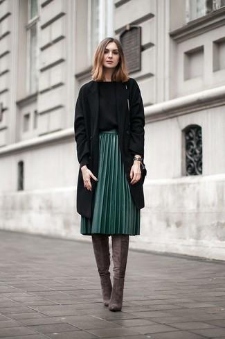 Как и с чем носить: черное пальто, черный свитер с круглым вырезом, темно-зеленая кожаная юбка-миди со складками, темно-серые замшевые ботфорты