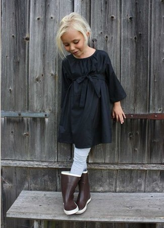 Как и с чем носить: черное платье, коричневые резиновые сапоги, серые колготки