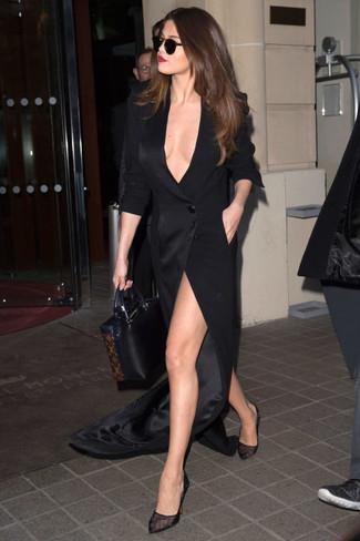 Как Selena Gomez носит Черное платье-макси с разрезом, Черные туфли в сеточку, Черная кожаная большая сумка