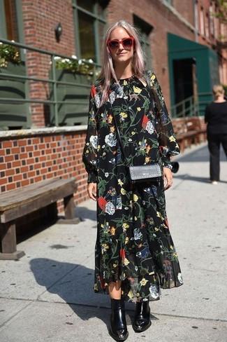 Как и с чем носить: черное шифоновое платье-макси с цветочным принтом, черные кожаные ботильоны, черная кожаная сумка через плечо, красные солнцезащитные очки