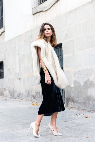 Модный лук: Черное бархатное платье-миди, Бежевые кожаные туфли, Бежевый меховой шарф, Золотой браслет